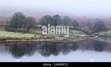 Scenic foggy rurale scena (riflessioni sull'acqua & ripida upland fells o mori avvolto nella nebbia o foschia) - Serbatoio Embsay, North Yorkshire, Inghilterra, Regno Unito Foto Stock