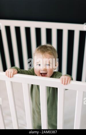 Bambina piccola nella sua stanza dei bambini. Foto Stock