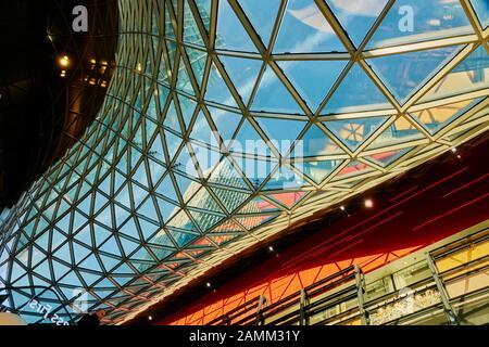 Francoforte, Germania, 30 dicembre 2019: Tetto in vetro curvo che conduce verso l'interno nel centro commerciale myzeil a Francoforte, astratta architettura moderna in Th Foto Stock