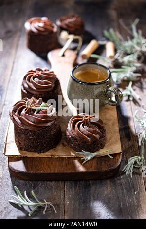 Muffin con crema al cioccolato.La prima colazione con un delizioso caffè.cibo sano e drink.in stile vintage