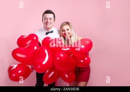 Amorevole coppia felice con il giorno di San Valentino palloncini