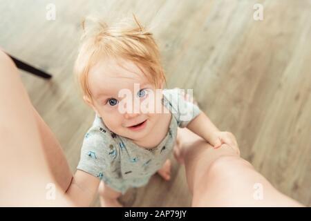Ragazzino che guarda a mamma Foto Stock