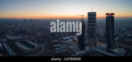 Skyline di Milano all'alba, vista aerea. I nuovi 3 grattacieli (chiamati il rettilineo, il curvo e il tortuato) del quartiere Citylife all'alba.