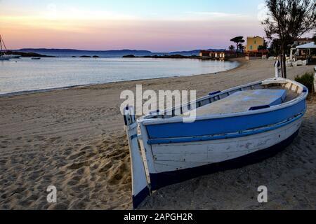 Spiaggia di San Clair con una barca e gli edifici su di essa Circondato dal mare e colline in Francia Foto Stock