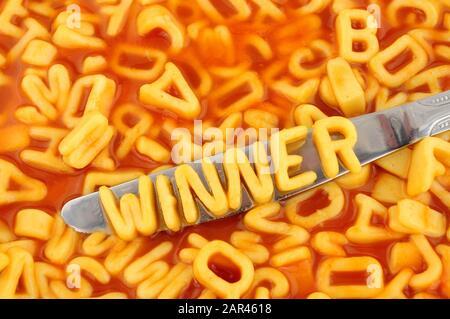 Spaghetti alfabetici vincitori di ortografia con lettere casuali in salsa di pomodoro sfondo