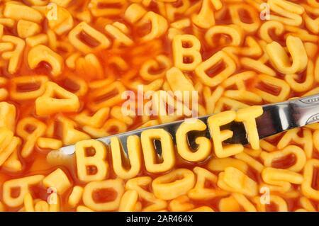 Spaghetti alfabetici bilancio ortografico con lettere casuali in salsa di pomodoro sfondo