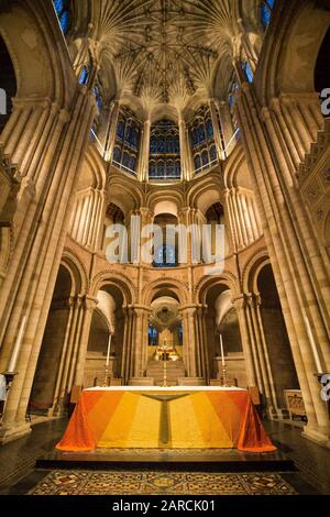 Wide Angle Capture Of Norwich Cathedral Altare - Evening Shot Foto Stock