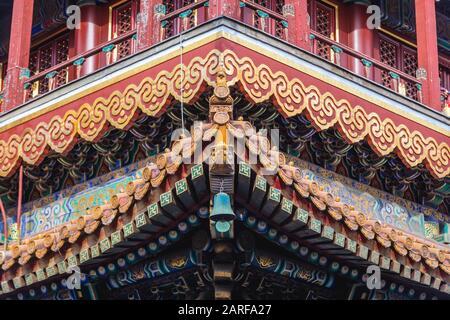 Dettagli del tetto in Yonghe Tempio chiamato anche il Tempio Lama della scuola Gelug del buddhismo tibetano nel distretto di Dongcheng a Pechino, Cina.