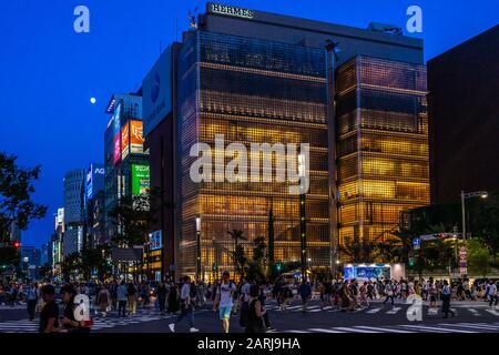 Negozio di punta Maison Hermes nel lussuoso quartiere Ginza di notte. Tokyo, Giappone, Agosto 2019