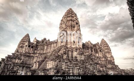 Sito Del Tempio Di Siem Reap. Angkor Wat tempio indù complesso in Cambogia che riflette il tramonto. Il più grande monumento religioso del mondo.
