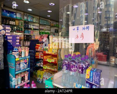"Hong Kong - 30 gennaio 2020: Il negoziante pubblica l'avviso ""tutte le maschere vendute"". Dopo l'epidemia di coronavirus di wuhan in cina, l'offerta di maschere a hong kong è insufficiente Foto Stock"
