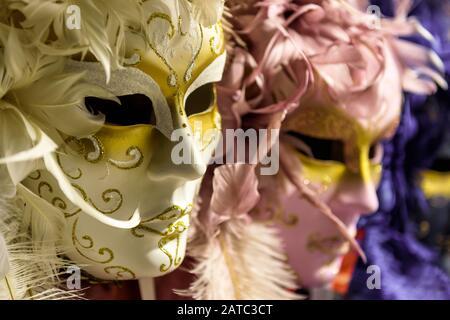 Maschere veneziane tradizionali a Venezia. Il carnevale veneziano è un festival annuale di costumi, che attira molti turisti. Foto Stock