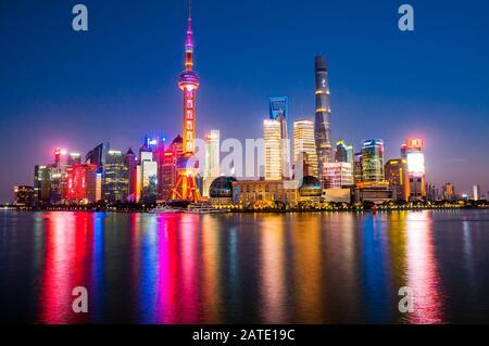 Vista iconica dello skyline di Shanghai Pudong dal Bund durante l'ora blu.