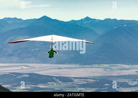 Volo a vela su terreni agricoli e montagne della valle di Kootenay, Creston, British Columbia, Canada. Vola ai tuoi sogni