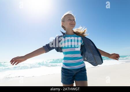 Ragazza godendo del tempo libero sulla spiaggia Foto Stock