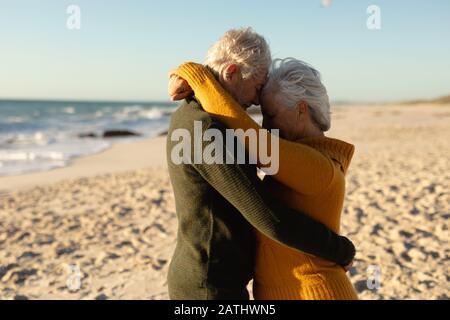 Vecchia coppia innamorata della spiaggia