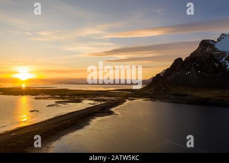 Vista aerea del Vestrahorn montagne e Stokksnes spiaggia durante il tramonto. Islanda a inizio primavera Foto Stock