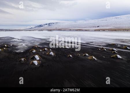Veduta aerea di una costa innevata nel nord dell'Islanda Foto Stock