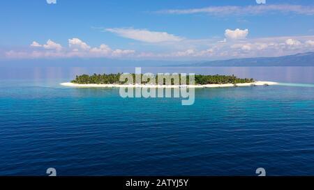 Estate spiaggia paesaggio. Tropical Island View, palme con sorprendente mare blu. Perfetto scenario di spiaggia di sabbia bianca, esotica destinazione di viaggio. Isola Digyo, Filippine.