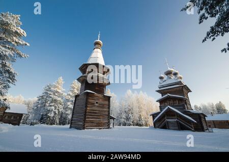 Campanile in legno e chiesa nel Malye Korely museo suburbano. Russia, regione di Arkhangelsk, distretto di Primorsky