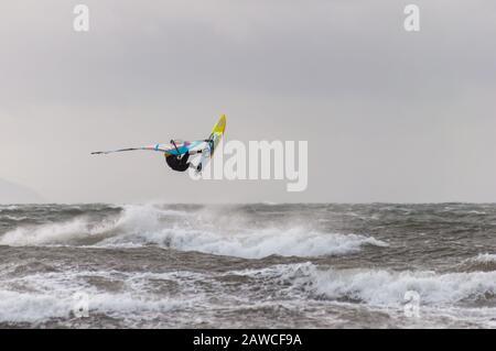 Troon, Scozia, Regno Unito. 8th febbraio 2020. Meteo nel Regno Unito: Un windsurf che si gode il surf come Storm Ciara arriva a South Beach, Troon con forte pioggia e venti che si prevede raggiungere 70 a 85 mph. L'ufficio MET ha emesso un avvertimento meteo giallo in tutto il Regno Unito. Credito: Skully/Alamy Live News Foto Stock