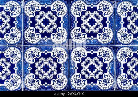 Il portoghese piastrelle tradizionali Azulejos blu con motivo floreale su sfondo bianco.