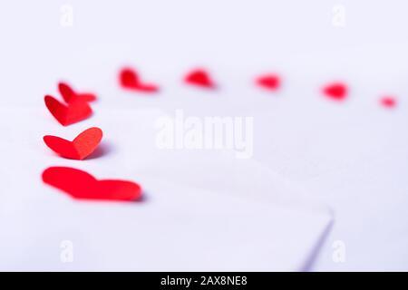 Selettivo focalizzato cute cuore rosso fatto di carta isolato su sfondo bianco con spazio di copia. Concetto per il giorno della San Valentino, carta regalo, copertina, invitatio