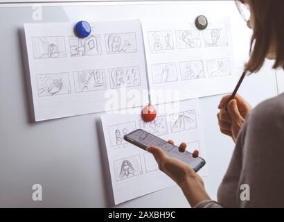 La mano della donna disegna un storyboard per un film o un cartone animato.