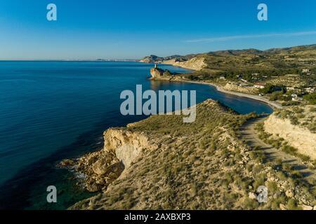 La costa di Alicante e Cala del Charco con la torre difensiva del 17th secolo, Villajoyosa, provincia di Alicante, Spagna Foto Stock