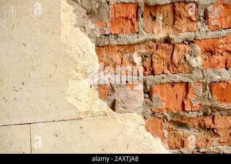 Vecchio muro di mattoni con piastrelle orizzontali metà scheggiate bianco Foto Stock