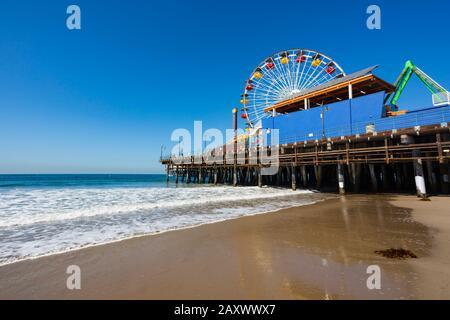 Spiaggia e molo di Santa Monica con divertimenti Pacific Park, , California, Stati Uniti d'America. STATI UNITI. Ottobre 2019