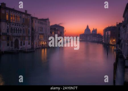 Paesaggio urbano con Canal Grande e chiesa di Santa Maria della Salute, Venezia, Veneto, Italia