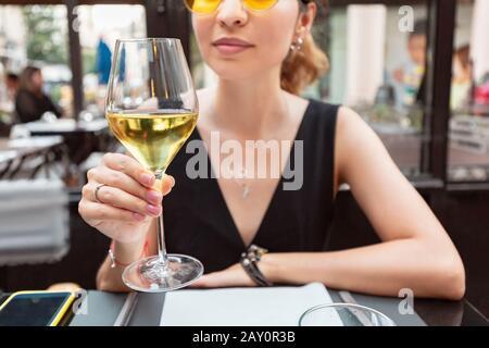 giovane cliente asiatico donna bere vino bianco