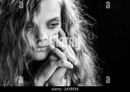 Psychological ritratto in bianco e nero di una ragazza su uno sfondo nero Foto Stock