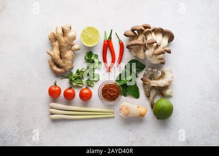 Set di ingredienti principali per Tom Yum - zuppa tailandese piccante. Disposizione piatta.