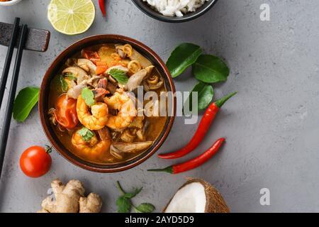 Tom Yum Goong o Tom Yum Kung zuppa tailandese piccante e vari ingredienti per cucinare. Spazio per la ricetta.