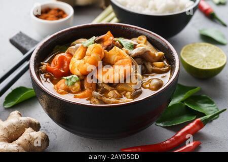 Tom Yam Kung - zuppa tailandese piccante con gamberi, latte di cocco e peperoncino. Servito con riso.