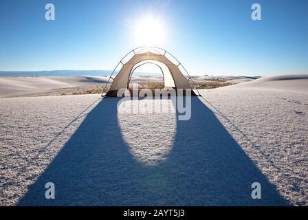 Tenda al chiaro di luna a White Sands Dunes, New Mexico, USA