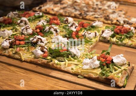 Pizza al taglio con formaggio, pomodori, zucchine e verdure al GaliRoma Pizza su Dizengoff Street, Tel Aviv Foto Stock