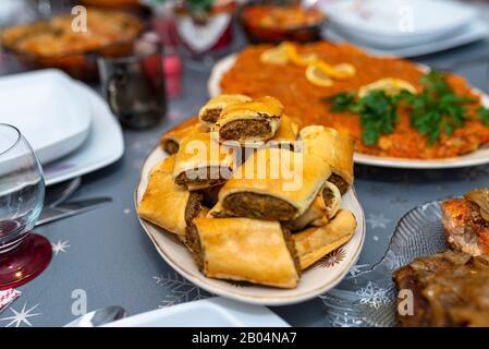 Pate al forno in una torta sdraiata su un tavolo da festa su un piatto. Foto Stock