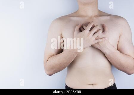 Closeup uomo avente un attacco di cuore o dolore al petto. Medico e sanitario concetto.