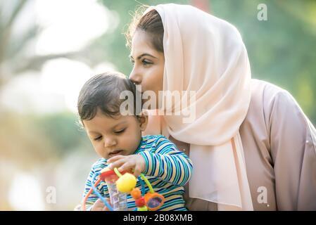 Momenti di stile di vita di madre e figlio a Dubai. Giovane donna con il suo bambino all'aperto. Concetti di famiglia negli Emirati Arabi Uniti