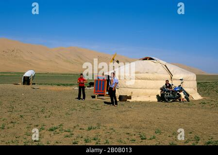 MONGOLIA, VICINO DALANZADGAD, GOBI DESERTO A KHONGORYN ELS (DUNE DI SABBIA), GER (YURT), FAMIGLIA