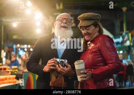 Felice coppia senior divertirsi insieme prendendo ph otos in Street food mercato - Moda moglie e marito facendo un tour della città a Londra - Viaggi e gioia