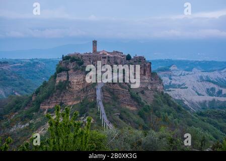 Ora blu alla città fantasma Civita di Bagnoregio in Lazio Italia di sera