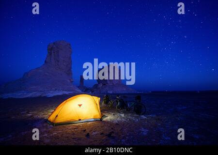 Campeggio nel deserto Bianco, Sahara, Egitto Foto Stock