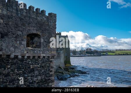 Blackness, Scozia, Regno Unito. 23rd febbraio 2020. Meteo Regno Unito. Vista dal lato del castello di Blackness sul Firth of Forth con il villaggio di Blackness all'orizzonte. Credito: Skully/Alamy Live News Foto Stock