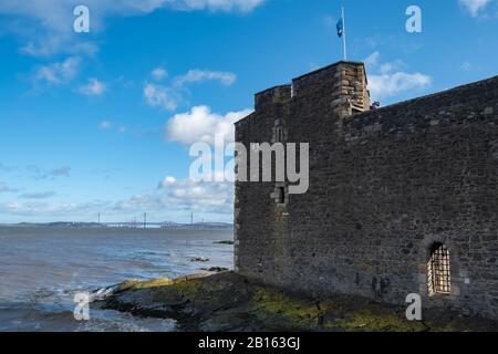 Blackness, Scozia, Regno Unito. 23rd febbraio 2020. Meteo Regno Unito. Vista dal lato del castello di Blackness con I Ponti Forth Road e Rail sull'orizzonte. Credito: Skully/Alamy Live News Foto Stock