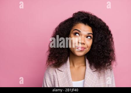 Ritratto di ispirazione positivo afro finanziere americano pensare pensieri vogliono decidere il lavoro decisioni soluzione look copyspace indossare checked abito elegante
