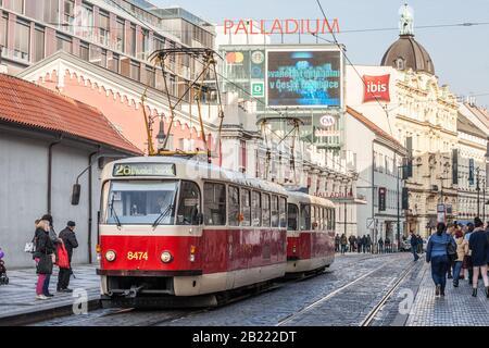 Praga, CECHIA - 31 OTTOBRE 2019: Tram di Praga, o chiamato Prazske tramvaje, modello Tatra T3, vicino al centro commerciale Palladium, affollato di pendolari. Gestito